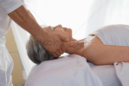 Club : Woman receiving a massage head and shoulders