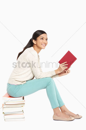 Knowledge : Woman sitting and reading a book
