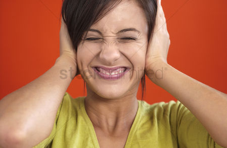 Attitude : Woman smiling while closing her ears