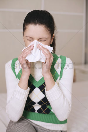 Cold temperature : Woman sneezing