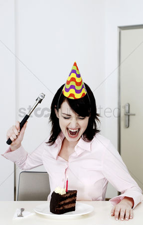 Rage : Woman trying to hammer her birthday cake