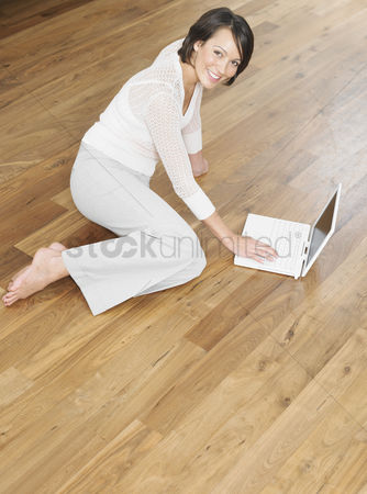 Gaze : Woman using laptop
