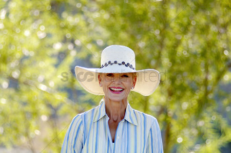 Fashion : Woman with hat smiling at the camera