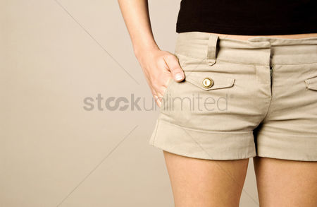 Pocket : Woman with her hand in the pocket