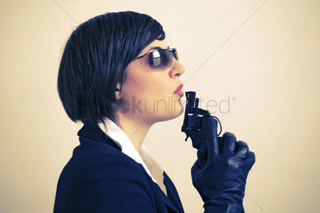 Alert : Woman with sunglasses blowing pistol