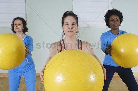 Workout : Women in exercise class