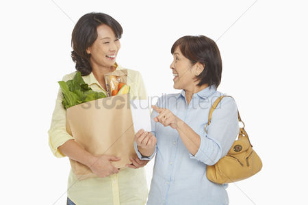 40 44 years : Women with groceries checking their shopping list