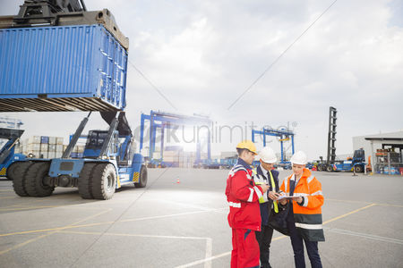 Supervisor : Workers discussing in shipping yard