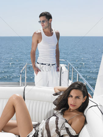 Pocket : Young couple on yacht