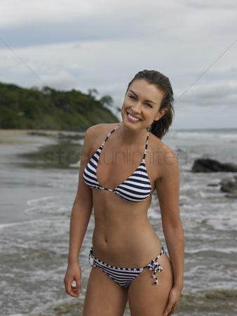 Body : Young woman at beach