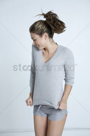 Ponytail : Young woman jumping